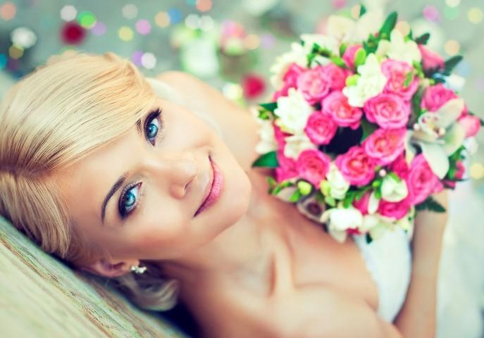Braut mit Brautstrauß in pink