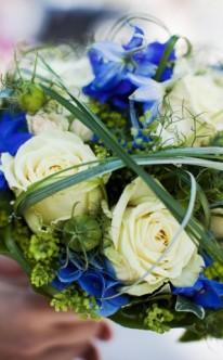 Brautstrauß mit blauen Highlights