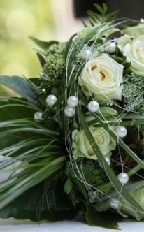 Weiße Rosen mit Perlen und grünem Schmuck