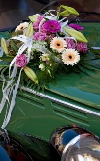 Autoschmuck mit pinken und weißen Blüten