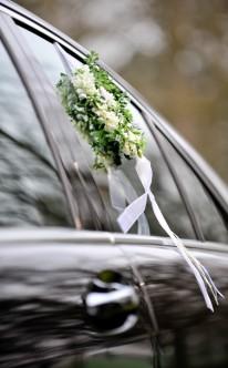 Dezenter Autoschmuck mit weißem Band