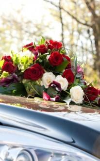 Autoschmuck aus roten und weißen Rosen