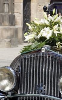 Klassischer Autoschmuck mit Lilien