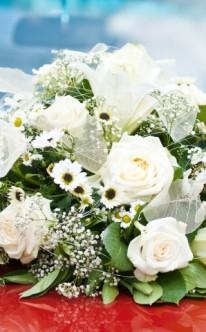 Autoschmuck mit Rosen und kleinen Blüten