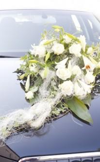 Eleganter Autoschmuck mit Lilien