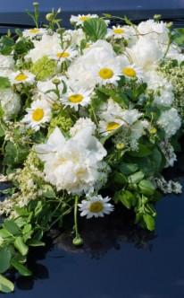Eleganter Autoschmuck mit Sommerblumen