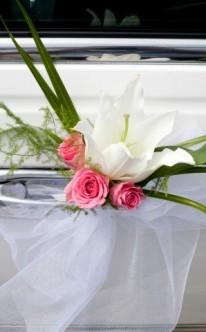 Romantischer Autoschmuck in Rosa und Weiß