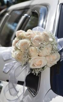 Rosenstrauß mit weißen Bändern
