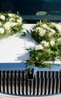 Festlicher Autoschmuck mit großen Bouquets