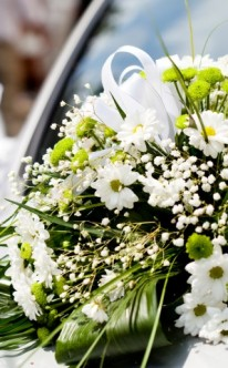 Dezenter Autoschmuck mit Frühlingsblumen