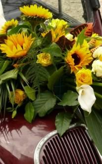 Autoschmuck mit Sonnenblumen