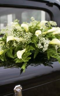 Gesteck mit Farn und weißen Blüten