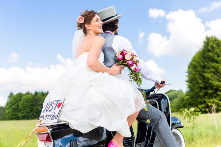 Bräutigam mit Zylinder auf Motorrad