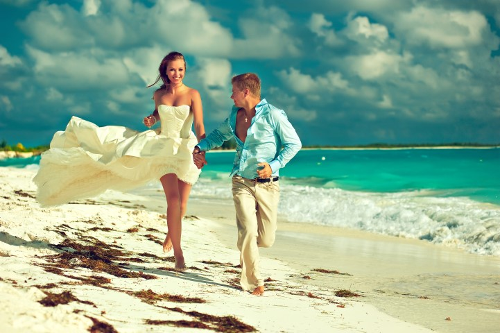 Brautpaar rennt am Strand