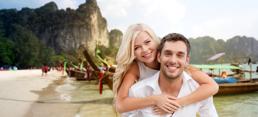 Brautppar am Strand von Thailand