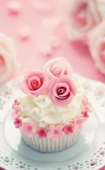 ein Blütenkranz ziert diesen süßen Cupcake