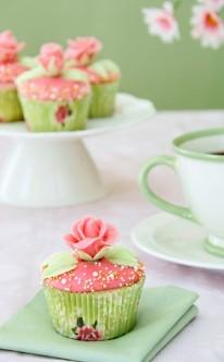 hellgrüne und rosa Cupcakes erinnern an den Frühling