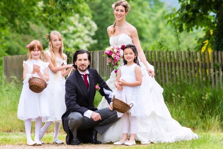 Bräutigam im Cut mit Familie