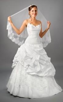 Duchesse-Brautkleid mit Schleier