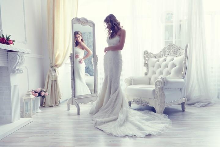 Junge Braut im figurbetonten Brautkleid