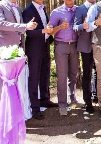 Hochzeitsgesellschaft in Violett