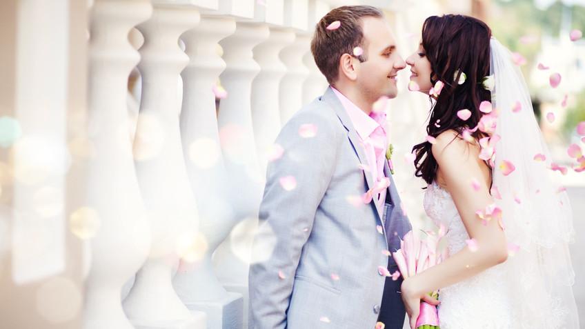 Hochzeitspaar küssend
