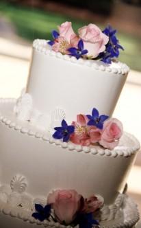 weiße Torte mit farblichen Akzenten