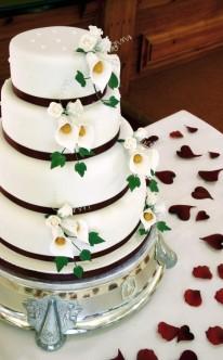 weiße Torte mit Callas dekoriert