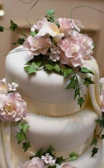 Efeu und rosa Blüten als Dekoration