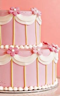 rosa Blüten und weißer Schleier als Dekorationselemente