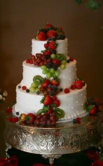 Erdbeeren, Kiwis und Weintrauben dekorieren diese Torte