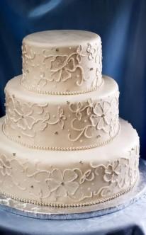 detailreiche Verzierungen auf elfenbeinfarbener Torte