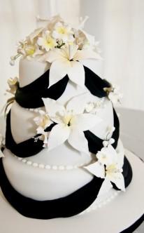 weiße Torte mit vielen Blüten dekoriert