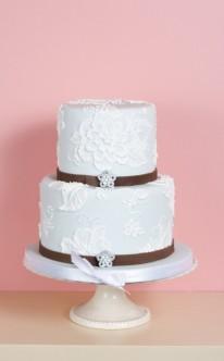 weiße Torte mit zwei braunen Borten