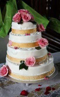 Dekoration mit rosa Rosen und goldenen Bändern