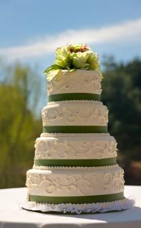 vierstöckige Torte mit pompösem Blumenschmuck