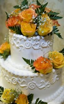 gelbe Rosen und Schleierkraut als Dekoration