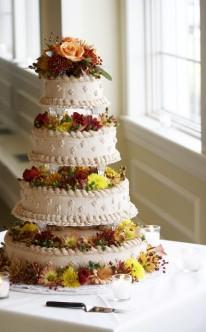 reichliche Blüten verzieren diese Hochzeitstorte