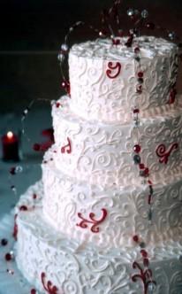 reich verzierte Torte mit Perlen dekoriert