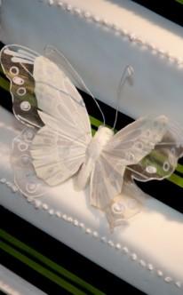 weiße Schmetterlinge auf weißer Torte