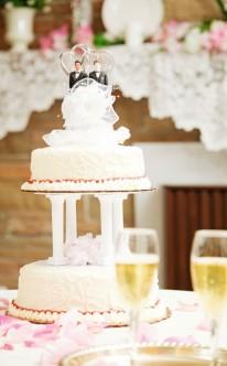 Hochzeitstorte von Säulen getragen