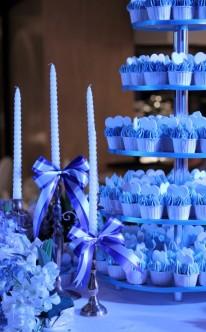 blaue Cupcakes auf Etagere