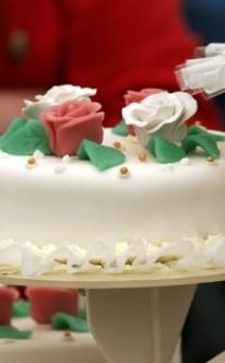 rote und weiße Rosen auf Marzipan