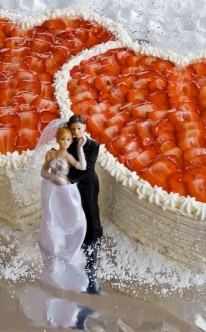zwei Herzen aus Erdbeeren