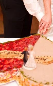 Hochzeitspaar auf Erdbeer-Mandel-Torte