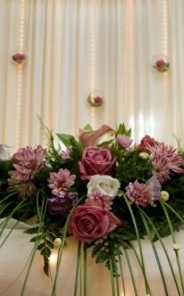 Opulentes Blumengebinde als Tischschmuck