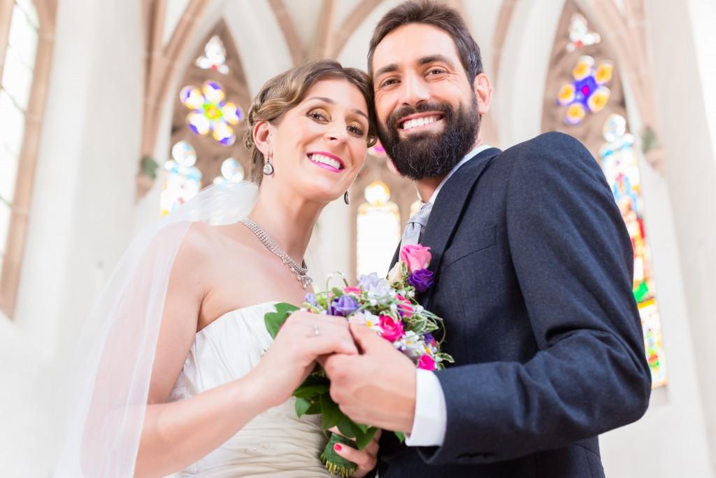 Junges Brautpaar Kirche