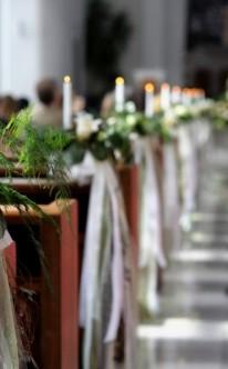 Kirchendekoration mit Kerzen und Blumen