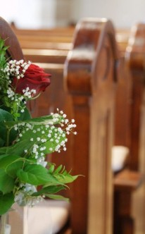 Kirchendekoration mit roten Rosen