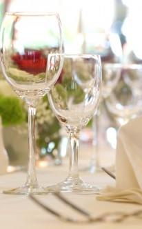 Tischdekoration mit Blumengestecken